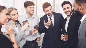 Équipe ayant le petit entretien à leur pause-café photo stock