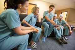Équipe chirurgicale dans le salon de personnel photo libre de droits