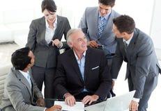 Équipe confiante d'affaires discutant un contrat Image libre de droits