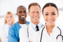 Équipe confiante de médecins photographie stock