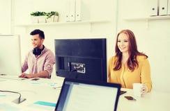Équipe créative avec des ordinateurs fonctionnant au bureau Photos stock