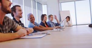 Équipe créative d'affaires ayant l'amusement dans la salle de conférence banque de vidéos