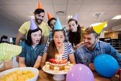 Équipe créative d'affaires célébrant l'anniversaire de collègues Image stock