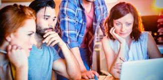 Équipe créative d'affaires discutant au-dessus de l'ordinateur portable photo stock