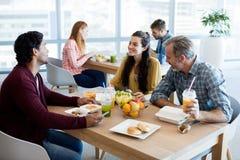 Équipe créative d'affaires discutant tout en ayant le repas photographie stock libre de droits