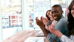 Équipe créative d'affaires donnant leurs applaudissements banque de vidéos