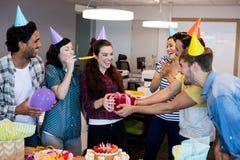 Équipe créative d'affaires donnant un cadeau à leur université sur son anniversaire images stock
