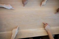 Équipe créative d'affaires indiquant un espace vide de copie sur la table Photographie stock