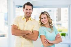Équipe créative d'affaires posant avec des bras croisés Photo stock