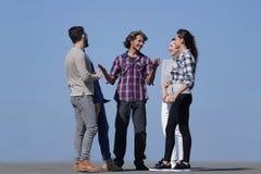 Équipe créative d'amis parlant dehors Image libre de droits