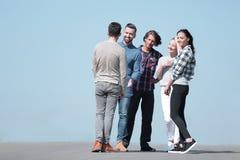 Équipe créative d'amis parlant dehors Photos stock