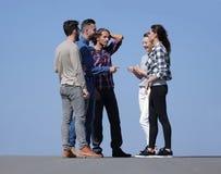 Équipe créative d'amis parlant dehors Photo libre de droits