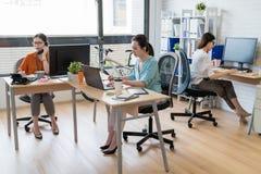 Équipe créative de femme d'affaires de l'Asie au travail Images stock