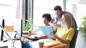 Équipe créative heureuse avec des ordinateurs dans le bureau banque de vidéos