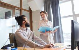 Équipe créative heureuse avec l'ordinateur dans le bureau Images stock