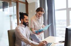 Équipe créative heureuse avec l'ordinateur dans le bureau Images libres de droits