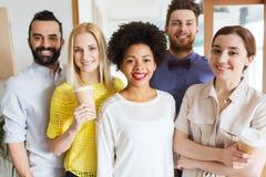Équipe créative heureuse dans le bureau Photos stock