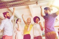 Équipe créative heureuse dans le bureau Photo stock
