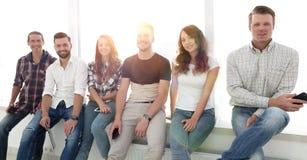 Équipe créative s'asseyant sur le rebord de fenêtre Images stock