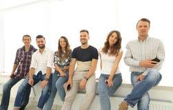 Équipe créative s'asseyant sur le rebord de fenêtre Photographie stock