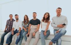 Équipe créative s'asseyant sur le rebord de fenêtre Photo stock