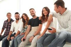 Équipe créative s'asseyant sur le rebord de fenêtre Image libre de droits