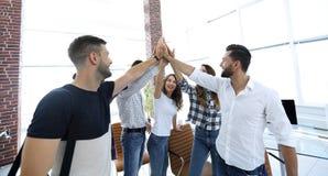 Équipe créative se donnant de hauts cinq Photo libre de droits