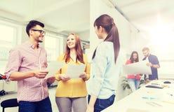 Équipe créative sur la pause-café parlant au bureau Photographie stock