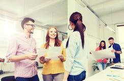 Équipe créative sur la pause-café parlant au bureau Photo stock