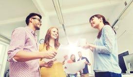 Équipe créative sur la pause-café parlant au bureau Photo libre de droits