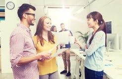 Équipe créative sur la pause-café parlant au bureau Images stock