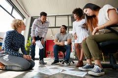 Équipe créative travaillant au plancher à l'espace de travail Photographie stock