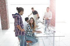 Équipe créative travaillant dans un bureau moderne Photo libre de droits