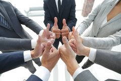 Équipe d'affaires affichant des pouces vers le haut Image stock