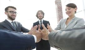 Équipe d'affaires affichant des pouces vers le haut Photographie stock libre de droits