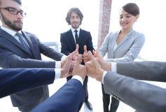 Équipe d'affaires affichant des pouces vers le haut Photo stock