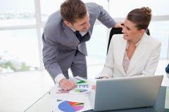 Équipe d'affaires analysant des résultats de balayage Photo stock