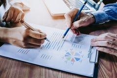 Équipe d'affaires analysant le revenu Photos stock