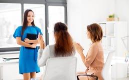 Équipe d'affaires applaudissant à la femme au bureau Photo libre de droits