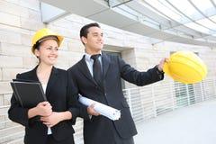Équipe d'affaires au chantier de construction de bureau Images stock