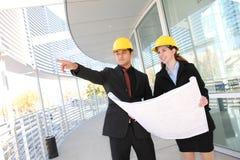 Équipe d'affaires au chantier de construction de bureau Image stock