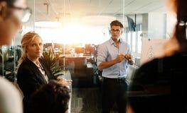 Équipe d'affaires au cours de la réunion de stratégie dans le bureau moderne Images stock