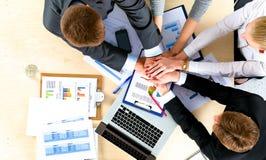 Équipe d'affaires avec de mains des concepts de travail d'équipe ensemble - images libres de droits