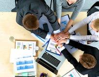 équipe d'affaires avec de mains le travail d'équipe ensemble - images stock