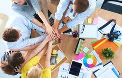 équipe d'affaires avec de mains le travail d'équipe ensemble - image libre de droits