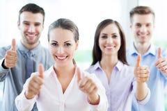 Équipe d'affaires avec des pouces  Photo stock