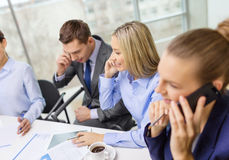 Équipe d'affaires avec des smartphones ayant la conversation Photos stock