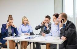 Équipe d'affaires avec des smartphones ayant la conversation Photos libres de droits
