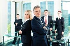 Équipe d'affaires avec l'amorce dans le bureau Photo stock