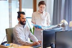 Équipe d'affaires avec l'ordinateur et dossiers dans le bureau Photos libres de droits